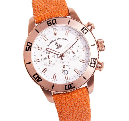 Chronograph Uhr aus rosevergoldetem Edelstahl und weißem Zifferblatt mit Rochenlederband in canaries a-cuckoo-moment