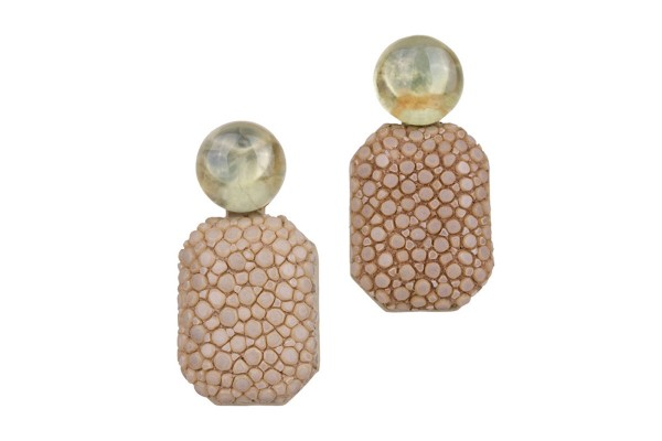 Gracy earrings with prehnite gemstone and stingray in beige