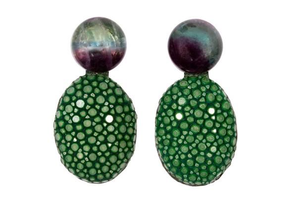 Lizzy Ohrringe aus Rochenleder in sapin green und Fluorid Edelsteine